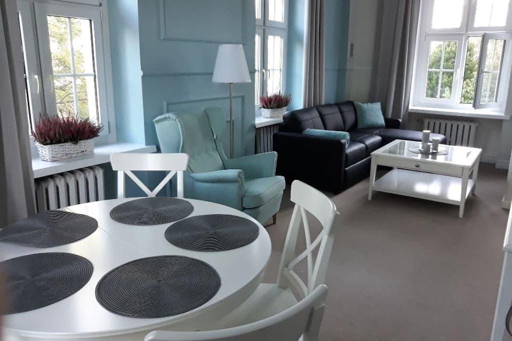 Standard dla gości Uzdrowiska podniesiony jest także w pozostałych obiektach, m.in. w klimatycznym budynku Chrobry.