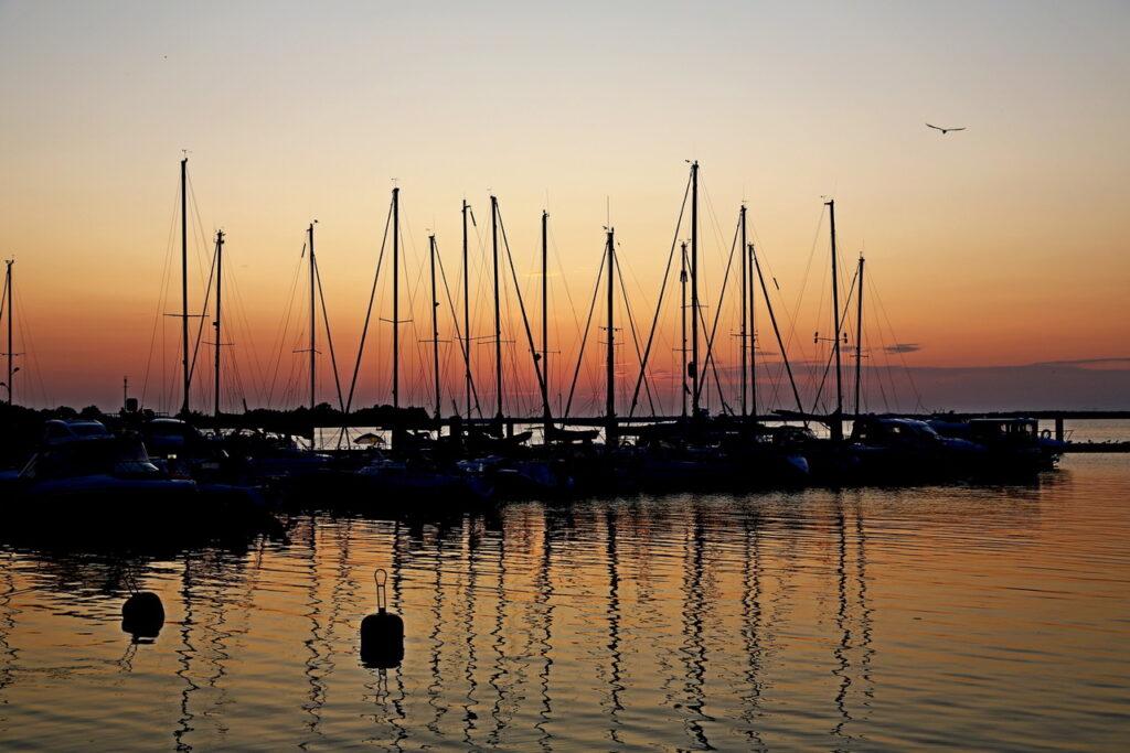Tutejsza marina to ulubione miejsce spacerów kuracjuszy, podczas których cieszyć się mogą nie tylko pięknym widokiem na Zalew Kamieński, ale także wyjątkowym powietrzem, bogatym w prozdrowotny jod.